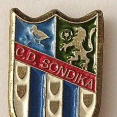 Coleccionismo deportivo: PIN FUTBOL - BIZKAIA - SONDIKA - CD SONDIKA. Lote 210541753