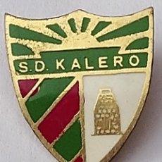 Coleccionismo deportivo: PIN FUTBOL - BIZKAIA - BASAURI - SD KALERO. Lote 210541913