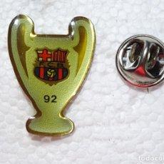 Coleccionismo deportivo: PIN DE DEPORTES. FÚTBOL. FC BARCELONA. TROFEO COPA DE EUROPA 92 1992. Lote 210697634