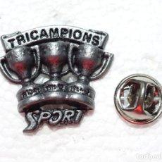 Coleccionismo deportivo: PIN DE DEPORTES. FÚTBOL. FC BARCELONA. COPAS TROFEOS LIGA. TRICAMPEONES. Lote 210697935