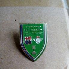 Coleccionismo deportivo: PIN DE CLIP FUTBOL SUPER COPA D ESPANYA 2005 BARÇA Y REAL BETIS BALONPIE. Lote 212922135