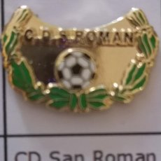 Coleccionismo deportivo: PIN FUTBOL - LEON - SAN ROMAN DE BEMBIBRE - CD SAN ROMAN. Lote 213756036
