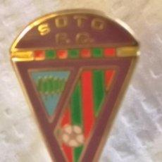 Coleccionismo deportivo: PIN FUTBOL - LEON - SOTO DE LA VEGA - SOTO FC. Lote 213756401