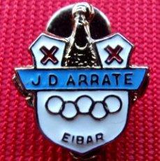 Coleccionismo deportivo: ANTIGUA INSIGNIA ESMALTE . J.D. ARRATE. EIBAR. DE SOLAPA. BUEN ESTADO.. Lote 213770532