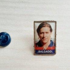 Coleccionismo deportivo: PIN FUTBOLISTA SALGADO. Lote 215053330