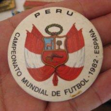 Coleccionismo deportivo: CAMPEONATO MUNDIAL DE FUTBOL ESPAÑA 1982 - CHAPA PERU. Lote 216846575