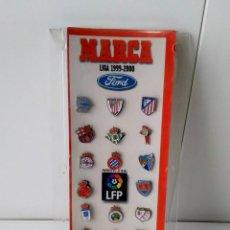Coleccionismo deportivo: COLECCION ESCUDOS DE FUTBOL MARCA Y FORD LIGA 1999 A 2000 PINS EN EXPOSITOR DE METACRILATO. Lote 217035567