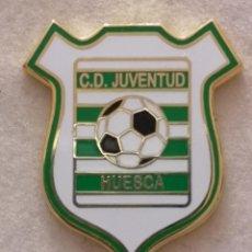 Coleccionismo deportivo: PIN FUTBOL - HUESCA - CD JUVENTUD. Lote 220805665