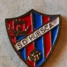 Coleccionismo deportivo: PIN FUTBOL - HUESCA - SD HUESCA. Lote 220806153