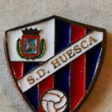 Coleccionismo deportivo: PIN FUTBOL - HUESCA - SD HUESCA. Lote 220806173