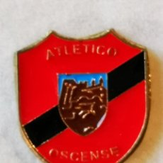 Coleccionismo deportivo: PIN FUTBOL - HUESCA - ATLETICO OSCENSE. Lote 220806448
