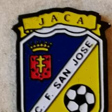 Coleccionismo deportivo: PIN FUTBOL - HUESCA - JACA - CF SAN JOSE. Lote 220806900