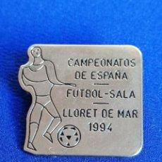 Coleccionismo deportivo: PIN CAMPEONATO DE ESPAÑA FUTBOL SALA LLORET DE MAR 1994. Lote 220877953