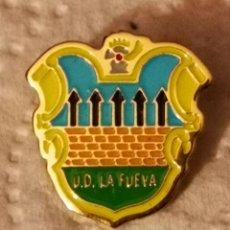 Coleccionismo deportivo: PIN FUTBOL - HUESCA - LA FUEVA - UD LA FUEVA. Lote 220925677