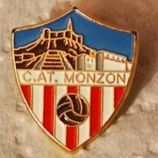 Coleccionismo deportivo: PIN FUTBOL - HUESCA - MONZON - CLUB ATLETICO MONZON. Lote 220927690