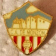 Coleccionismo deportivo: PIN FUTBOL - HUESCA - MONZON - CLUB ATLETICO MONZON. Lote 220927761
