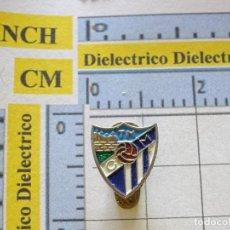 Coleccionismo deportivo: INSIGNIA DE SOLAPA DE DEPORTES. FÚTBOL. CLUB DEPORTIVO MÁLAGA. NO PIN. Lote 222075520