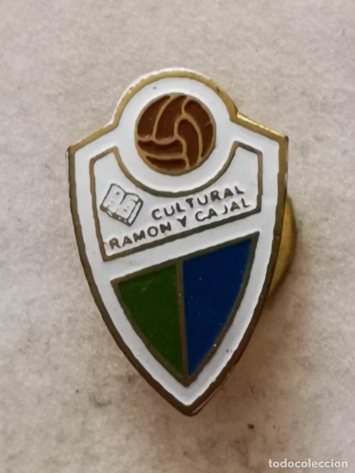 PIN FUTBOL - ZARAGOZA - CULTURAL RAMON Y CAJAL - SOLAPA (Coleccionismo Deportivo - Pins de Deportes - Fútbol)