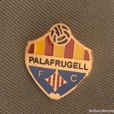Coleccionismo deportivo: ANTIGUA INSIGNIA PIN CLUB DE FUTBOL PALAFRUGELL (GIRONA-CATALUNYA). Lote 222124826