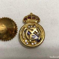 Coleccionismo deportivo: INSIGNIA DEL REAL MADRID ORO Y DIAMANTES. Lote 222511911