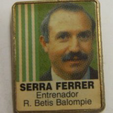 Coleccionismo deportivo: PIN SERRA FERRER REAL BETIS. Lote 222743231