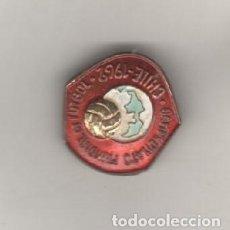 Coleccionismo deportivo: NO ES PIN. INSIGNIA ANTIGUA - CAMPEONATO MUNDIAL DE FUTBOL - CHILE 1962, INSIGNIA EN RELIEVE. Lote 29974744