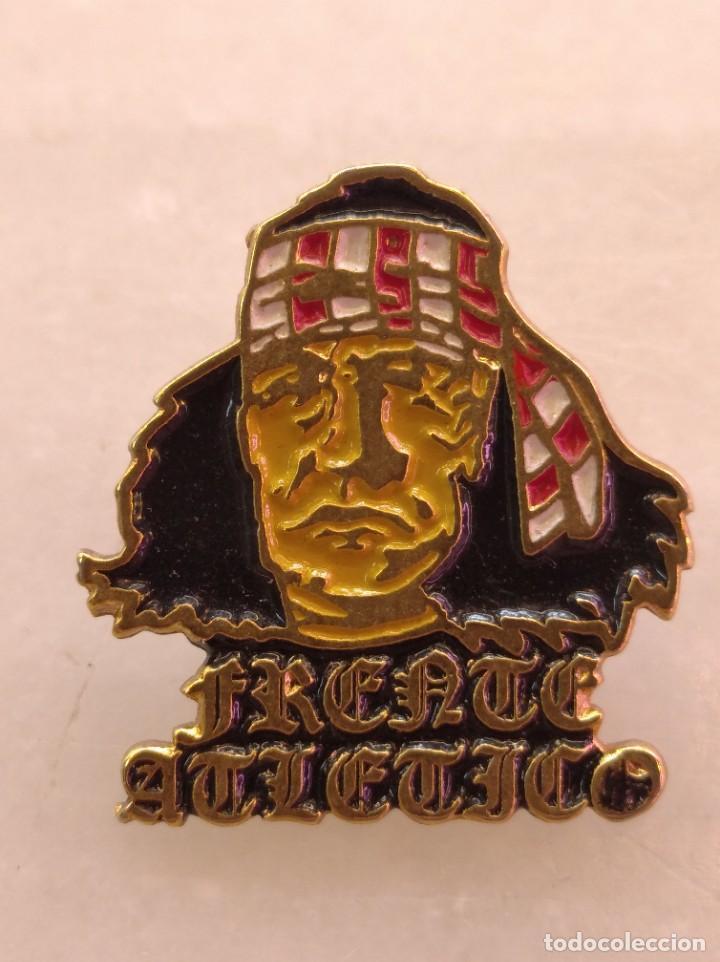 ANTIGUO PIN DE FÚTBOL DEL FRENTE ATLETICO (Coleccionismo Deportivo - Pins de Deportes - Fútbol)