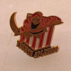 Coleccionismo deportivo: ANTIGUO PIN DE FÚTBOL DEL FRENTE ATLETICO. Lote 228172775