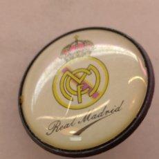 Coleccionismo deportivo: ANTIGUO PIN DE FÚTBOL REAL MADRID. Lote 228190685