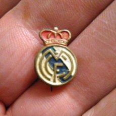 Coleccionismo deportivo: INSIGNIA FÚTBOL ANTIGUA REAL MADRID. Lote 231025475