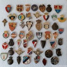 Coleccionismo deportivo: PINS CLUBES FUTBOL ESPAÑOLES. LOTE 50 DE DIVERSOS CLUBES Y EPOCAS. TODOS DE AGUJA.. Lote 231778150