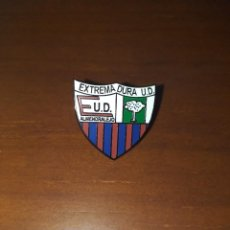 Coleccionismo deportivo: PIN ESMALTADO EXTREMADURA UNIÓN DEPORTIVA - PINS FÚTBOL. Lote 234496280