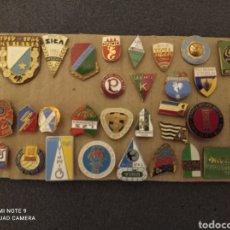 Coleccionismo deportivo: LOTE DE 30 INSIGNIAS DE POLONIA. Lote 235338670