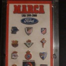 Coleccionismo deportivo: COLECCION CON ** 15 DE 20 PIN'S FUTBOL - MARCA - LIGA 1999 2000 **. Lote 235994585