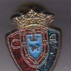 Coleccionismo deportivo: ANTIGUA INSIGNIA DE OJAL DEL CLUB DE FUTBOL OSASUNA (FOOTBALL). Lote 236176795