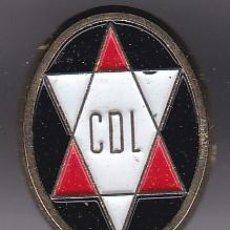 Coleccionismo deportivo: ANTIGUA INSIGNIA DE IMPERDIBLE DEL CLUB DE FUTBOL LOGROÑES (FOOTBALL). Lote 236178100