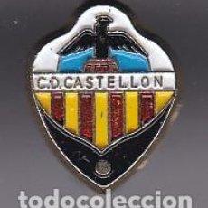 Coleccionismo deportivo: ANTIGUA INSIGNIA DE IMPERDIBLE DEL CLUB DE FUTBOL CASTELLON (FOOTBALL). Lote 236178345