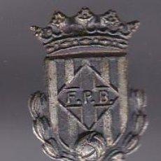 Coleccionismo deportivo: ANTIGUA INSIGNIA DE AGUJA DEL CLUB DE FUTBOL F.P.B (FOOTBALL). Lote 236179805