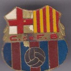Coleccionismo deportivo: ANTIGUO PIN DE ROSCA DEL CFB CLUB FUTBOL BARCELONA (FOOTBALL) TAMAÑO 3CM X 2,8CM. Lote 236186955