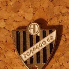Coleccionismo deportivo: PIN FÚTBOL TORPEDO 66 (CEBOLLA, TOLEDO) (COMPLETO). Lote 236240120