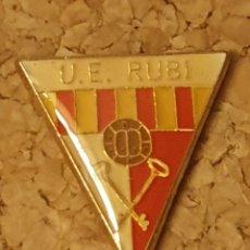 Coleccionismo deportivo: PIN FÚTBOL U.E. RUBI (BARCELONA) (COMPLETO). Lote 236260100