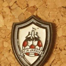 Coleccionismo deportivo: PIN FÚTBOL C.P. JARAIZ (CÁCERES) (COMPLETO). Lote 236260655