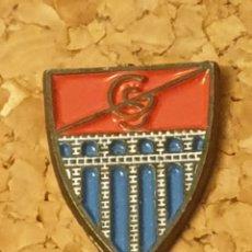 Coleccionismo deportivo: PIN FÚTBOL GIMNÁSTICA SEGOVIANA (COMPLETO). Lote 236260935