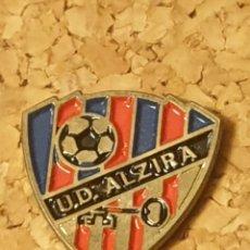 Coleccionismo deportivo: PIN FÚTBOL U.D. ALZIRA (VALENCIA) (COMPLETO). Lote 236261905