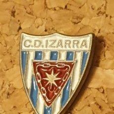 Coleccionismo deportivo: PIN FÚTBOL C.D IZARRA (ESTELLA, NAVARRA) (COMPLETO). Lote 236262115