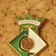 Coleccionismo deportivo: PIN FÚTBOL NOVELDA C.F. (ALICANTE - ALACANT) (COMPLETO). Lote 236263065