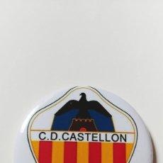 Coleccionismo deportivo: CHAPA DEL CD CASTELLÓN - IMAN DE 58MM. Lote 237164305