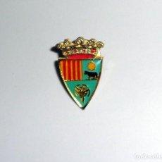 Coleccionismo deportivo: PIN - PERNO BADGE - FÚTBOL ESCUDO ESMALTADO - C.D.TERUEL. Lote 237199600