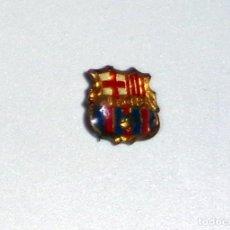 Coleccionismo deportivo: PIN INSIGNIA DE AGUJA ANTIGUA - ESCUDO FC BARCELONA - FÚTBOL VINTAGE. Lote 237202020