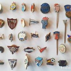 Coleccionismo deportivo: LOTE 40 INSIGNIAS TEMA DEPORTE Y FUTBOL ESPAÑOLAS Y EXTRANJERAS, DE AGUJA, IMPERDIBLE Y SOLAPA, PIN. Lote 240431145